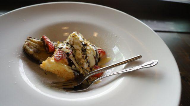 デザートは、焼きバナナとアイス・シフォンケーキ・林檎コンポート